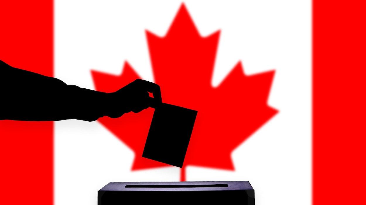 Une main en ombre chinoise dépose un bulletin de vote dans une urne placée devant un drapeau du Canada.