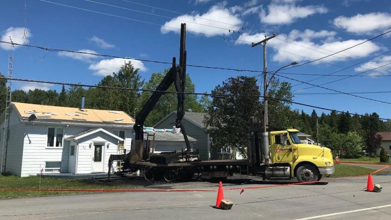 Une partie du camion-grue a brûlé après le contact avec les fils électriques.