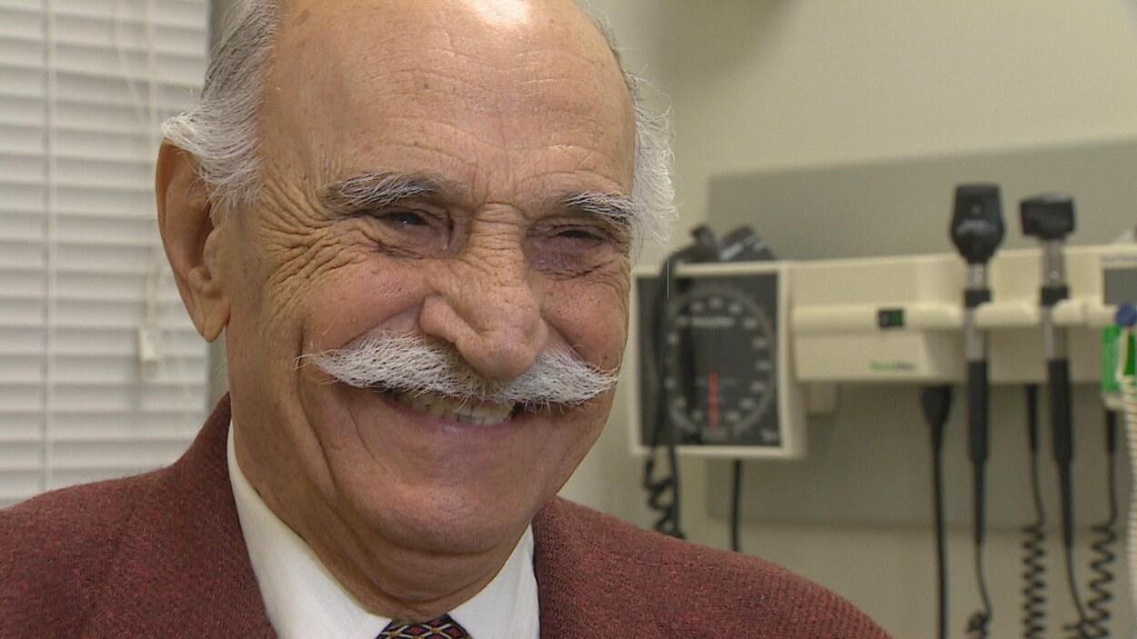 Elias Pharaon est un des premiers patients à avoir subi une nouvelle procédure pour traiter le tremblement essentiel.