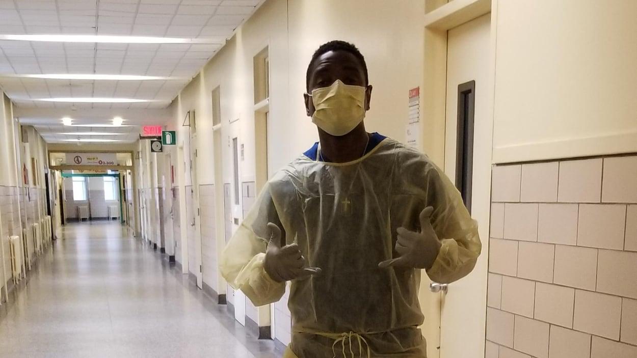 Un jeune homme dans un hôpital.