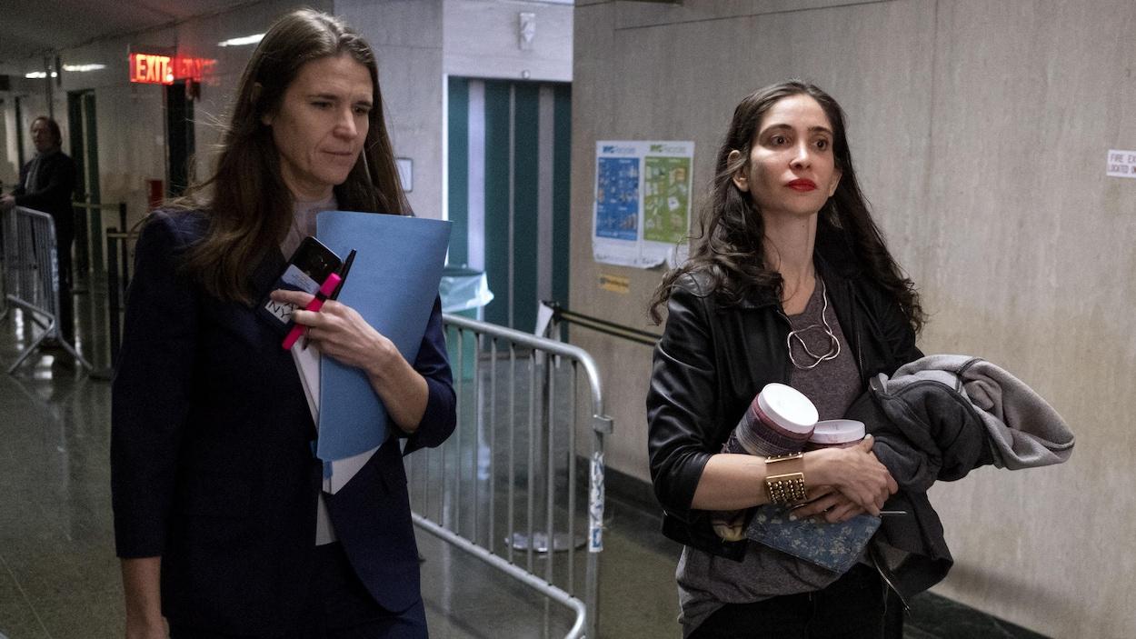 Deux femmes marchent dans les corridors du palais de justice.