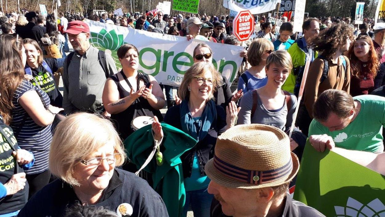 La chef du Parti vert du Canada, Elizabeth May, au milieu de la manifestation anti-pipeline sur la montagne Burnaby.