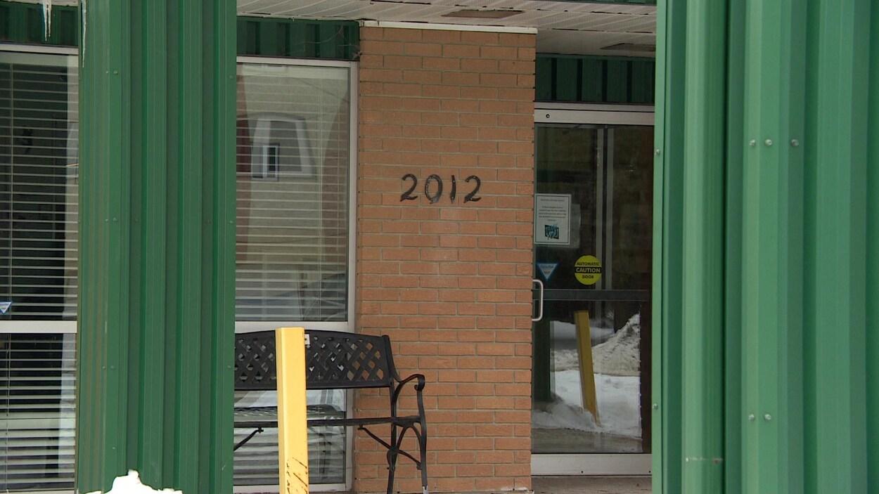 La devanture d'une résidence de Elmwood à Saskatoon avec un banc.