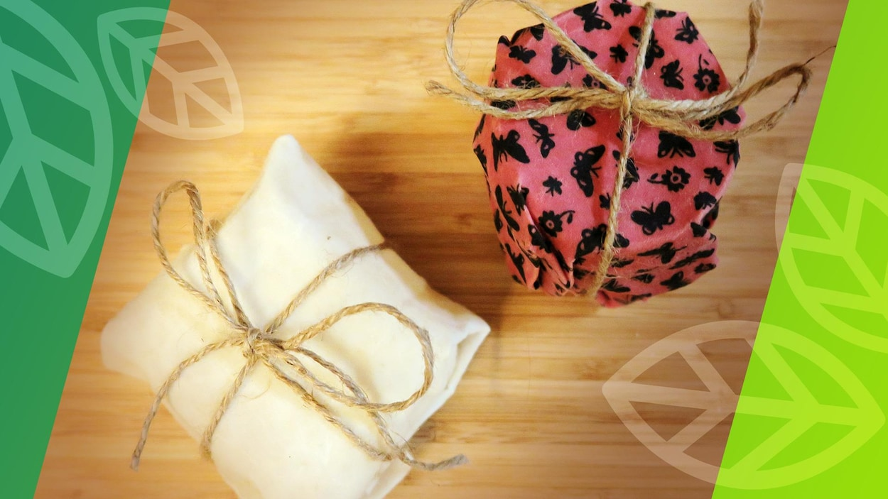Deux contenants sont emballés avec un tissu imbibé de cire d'abeille.