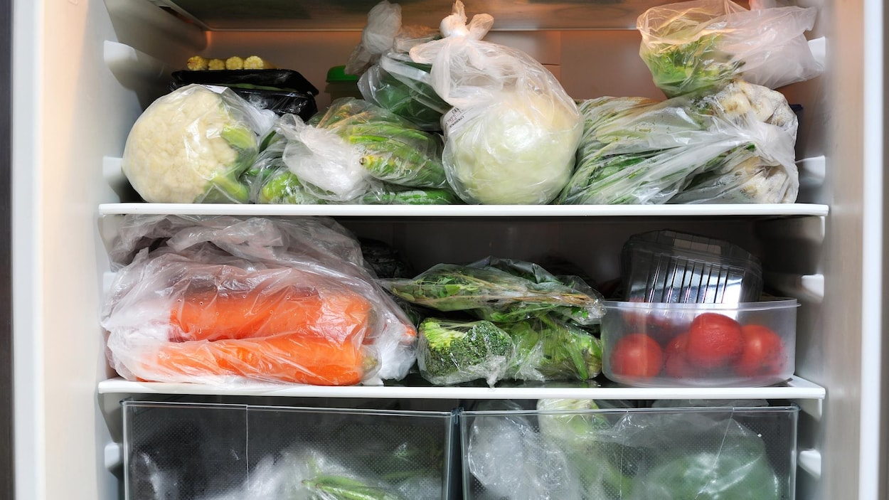 Des aliments emballés dans un réfrigérateur.