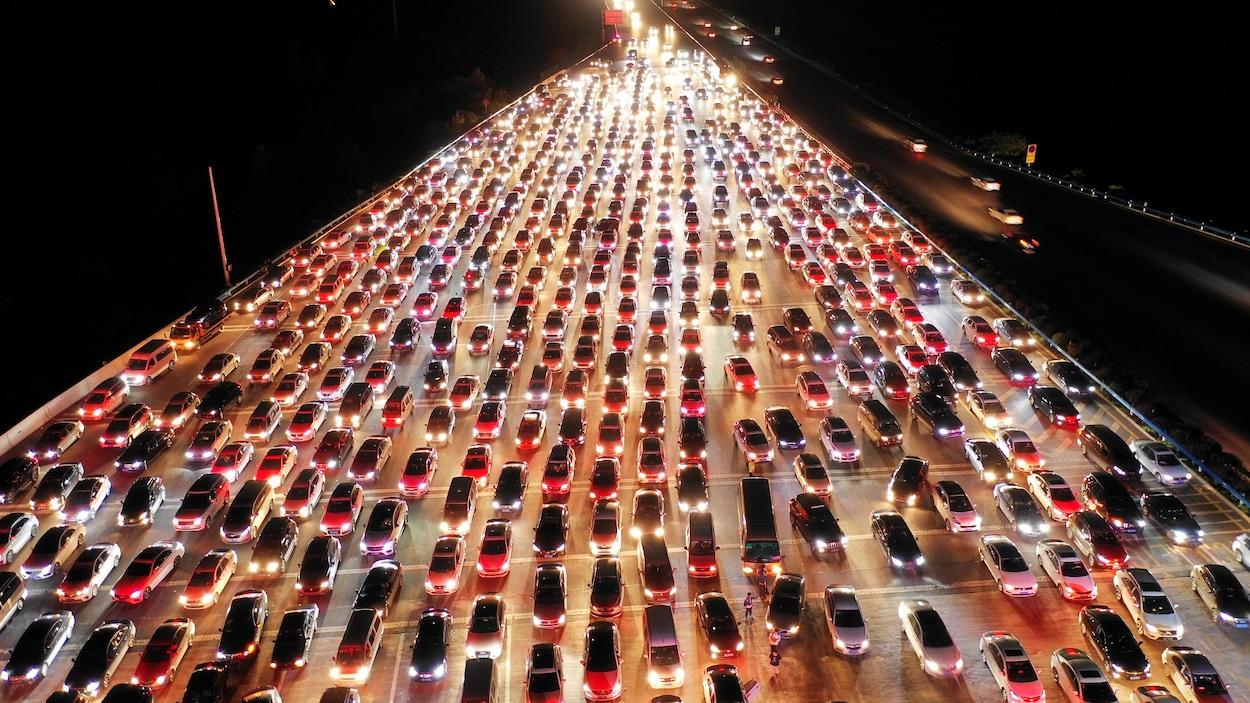 Une marée d'autos patientent dans la nuit en Chine à un péage.