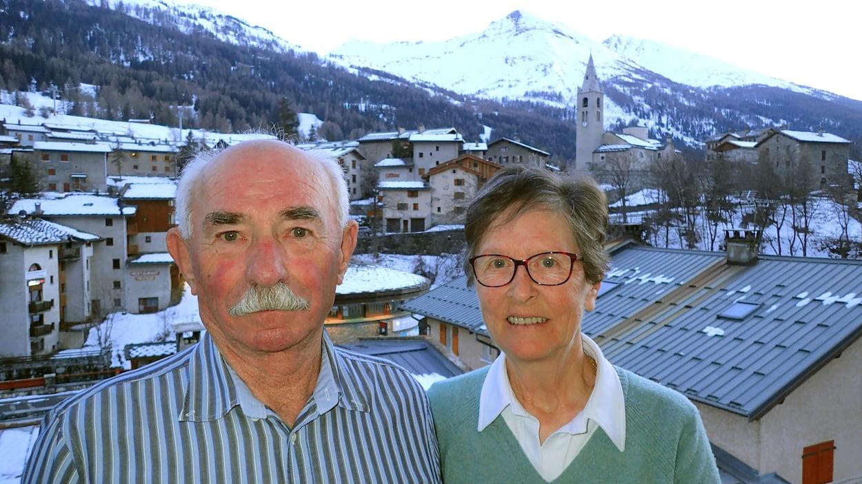 Michel et Martine Filliol avec en arrière-plan le village de Lanslevillard, devenu une importante station de ski de la Vallée de la Maurienne.