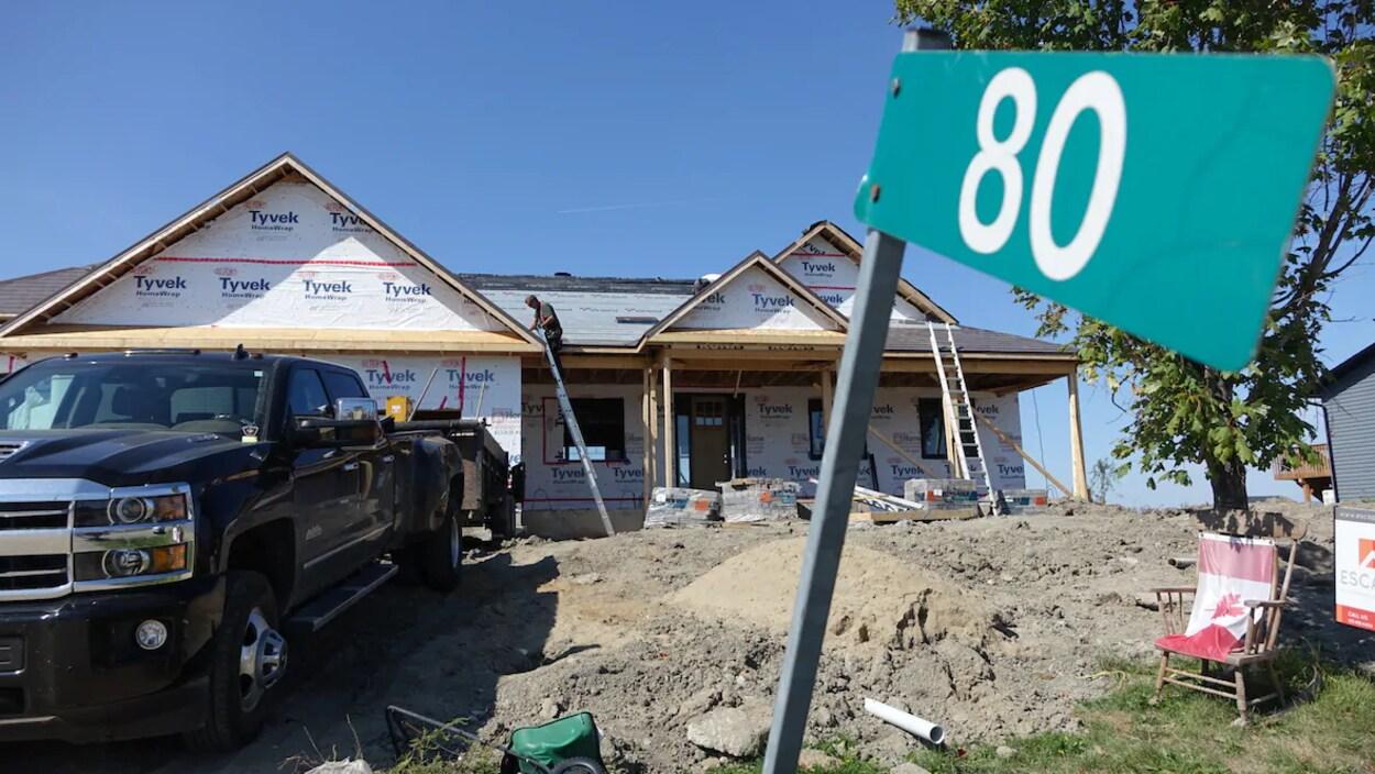 Une maison en construction en été.