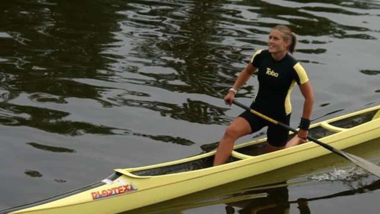 Emma Mitchell sur un kayak de course.