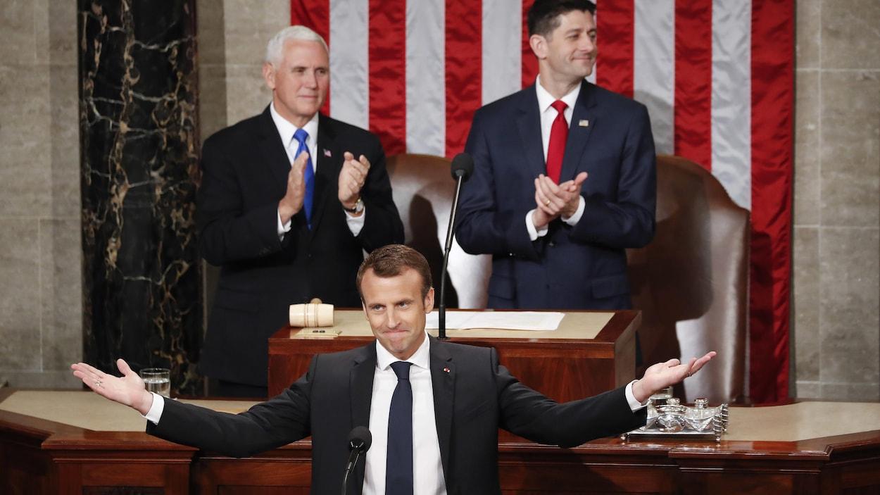 Emmanuel Macron sourit, les bras ouverts, devant les élus du Congrès.
