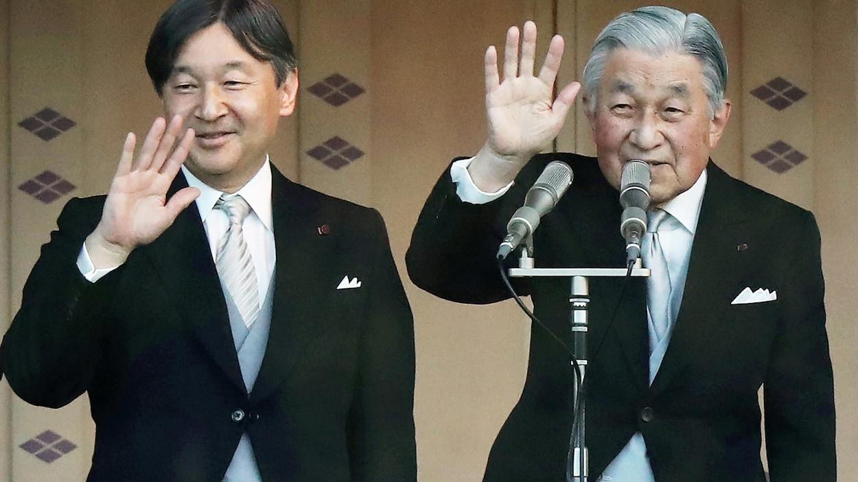 Le prince Naruhito et son père, l'empereur Akihito lors de la cérémonie du Nouvel An 2019.