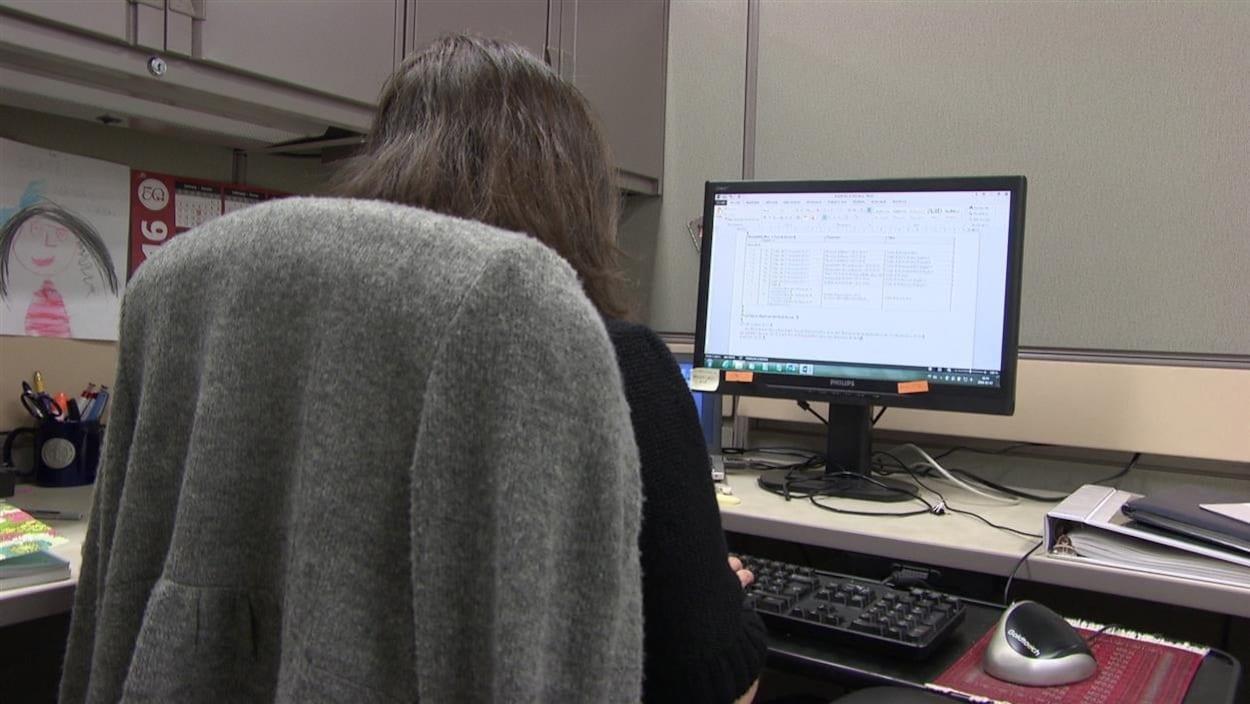 Une employée au Bureau de la traduction à son poste de travail