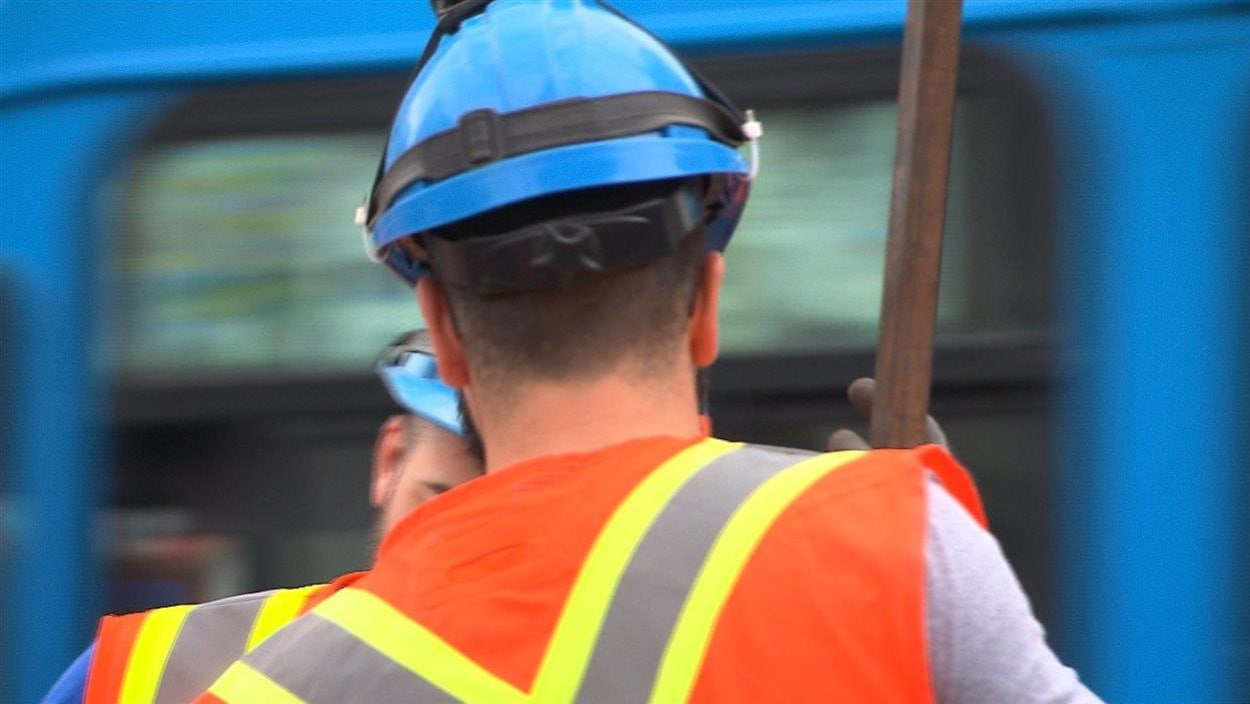 Un employé de la Ville de Montréal de dos.