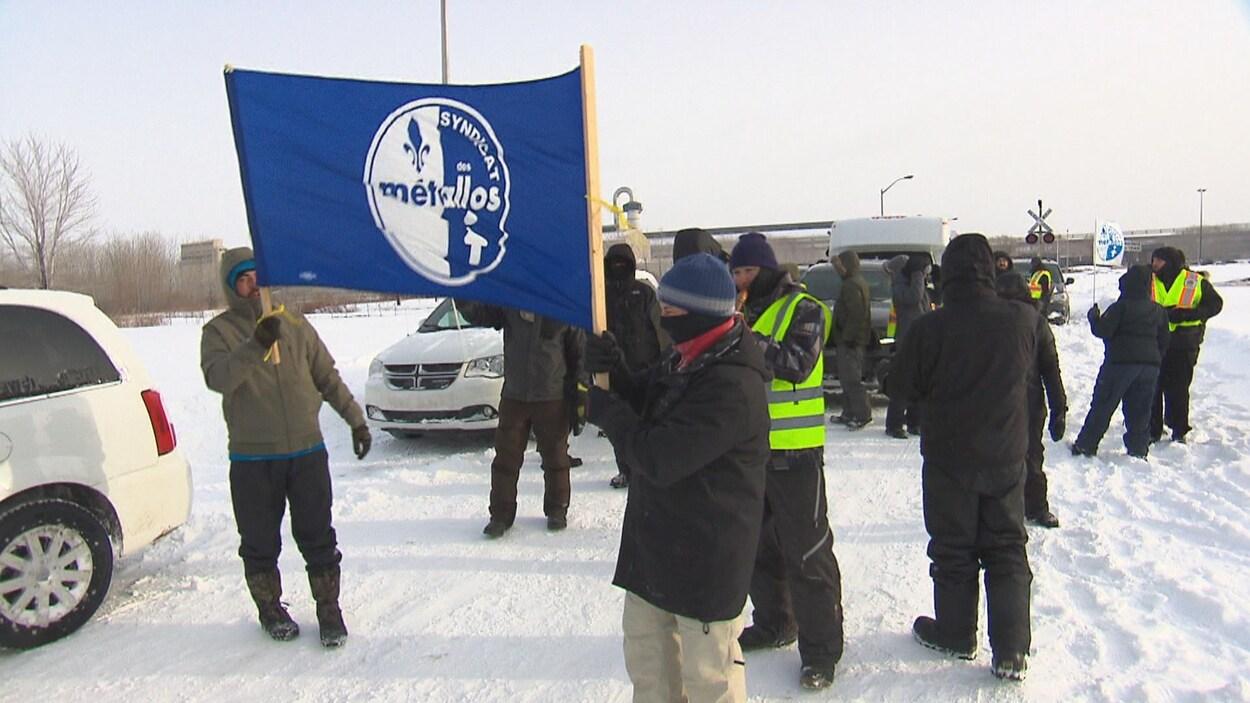 Des employés en lock-out manifestent devant l'Aluminerie de Bécancour.