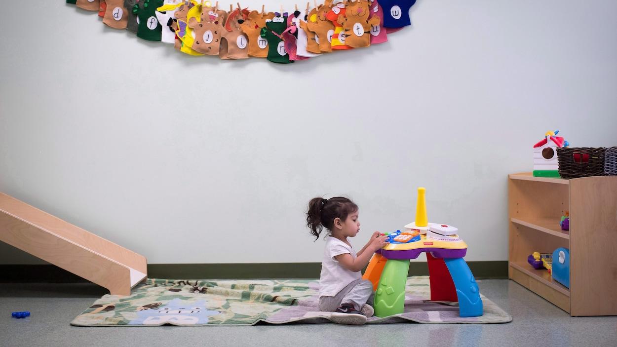 Une fillette joue à un jeu dans une garderie.