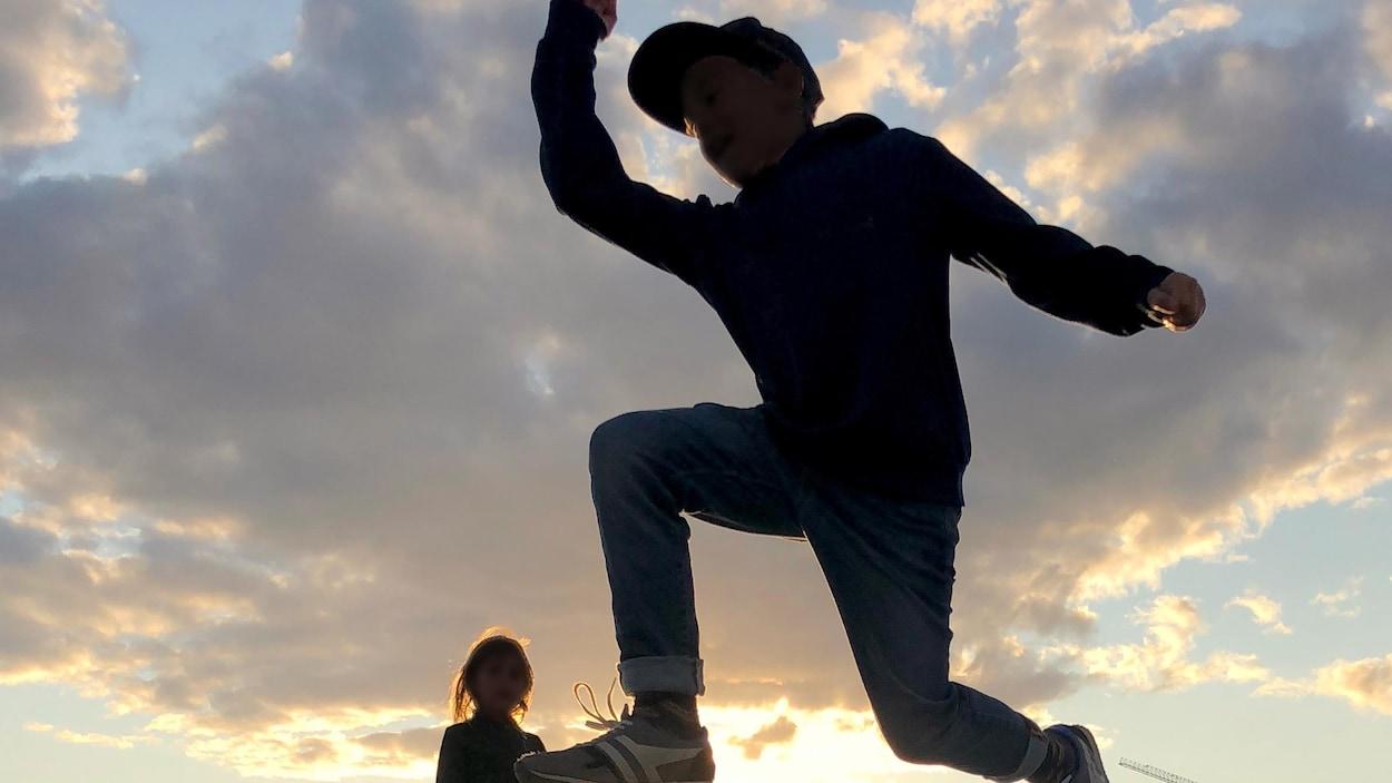 Des enfants jouent et un couple danse au parc Zaryadye, à Moscou, alors que le soleil se couche.