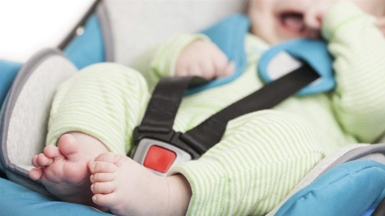 Un bébé dans un siège d'auto.