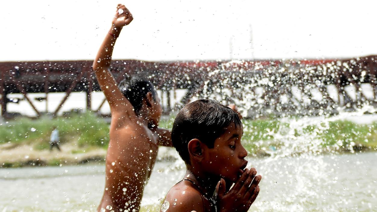 Des garçons indiens se baignent dans un lac.