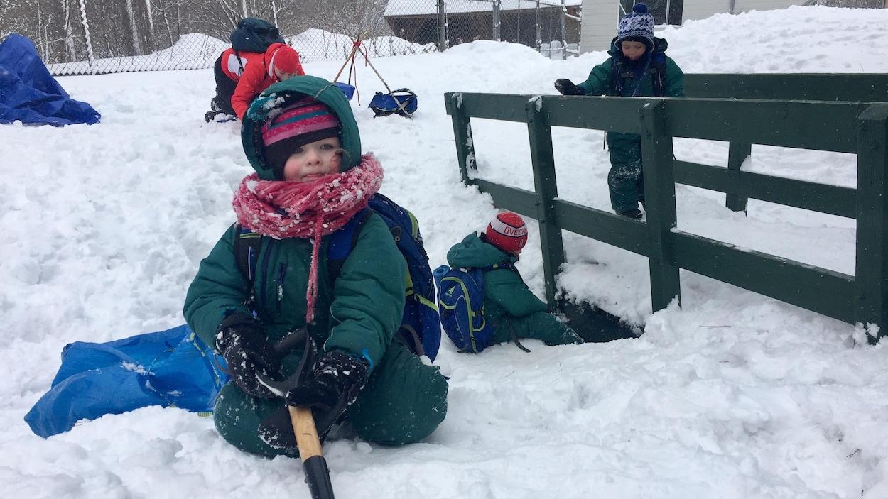 Des enfants de quatre ans de Shawinigan passent une journée de classe par semaine à l'extérieur.