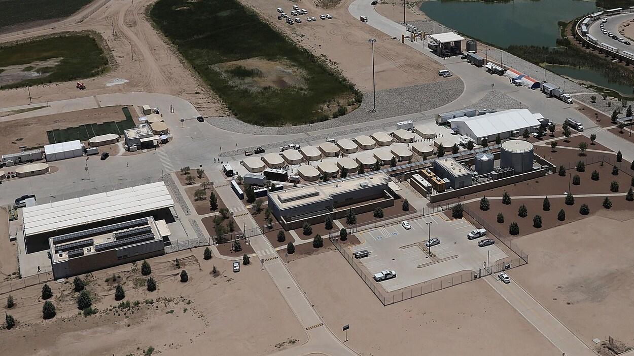 Vue aérienne d'un camp comptant plusieurs grandes tentes.