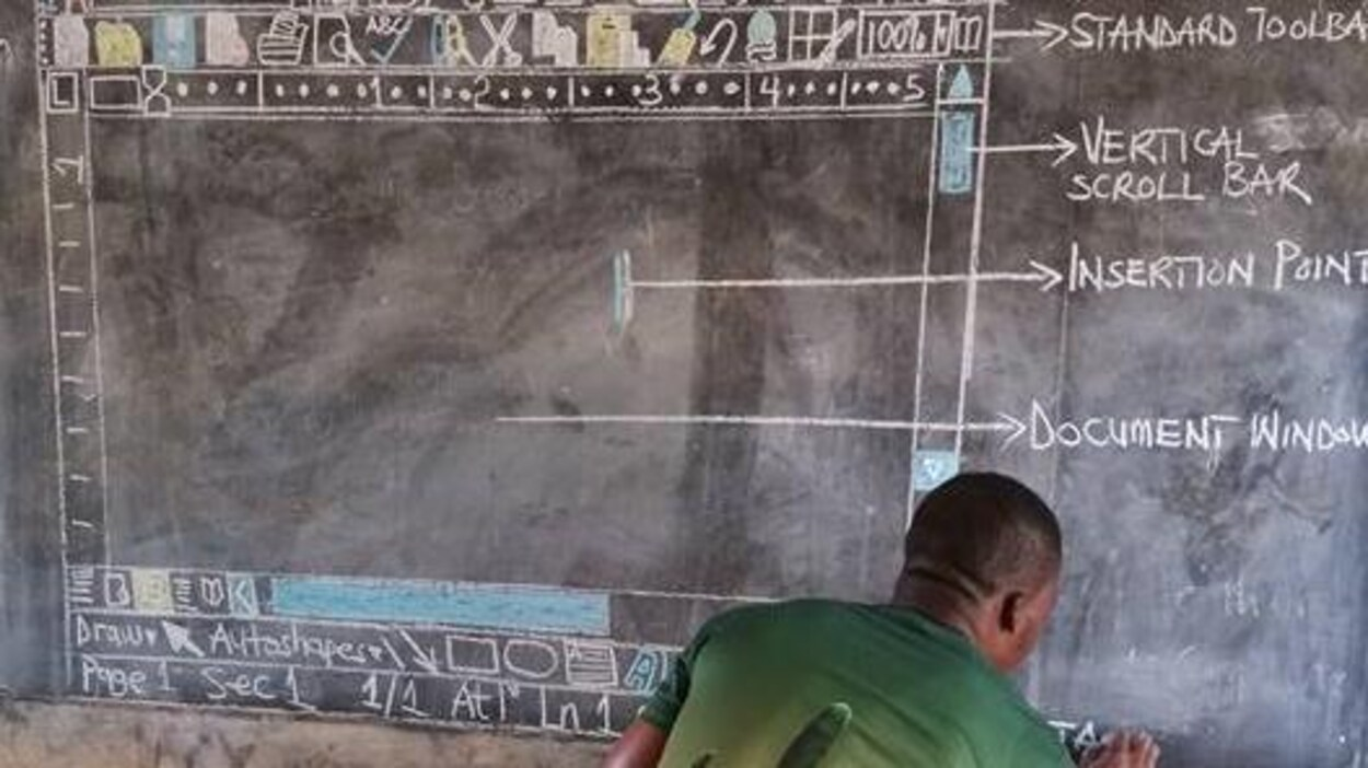 L'enseignant ghanéen Richard Appiah Akoto reproduit l'interface du logiciel de traitement de texte Word sur un tableau.