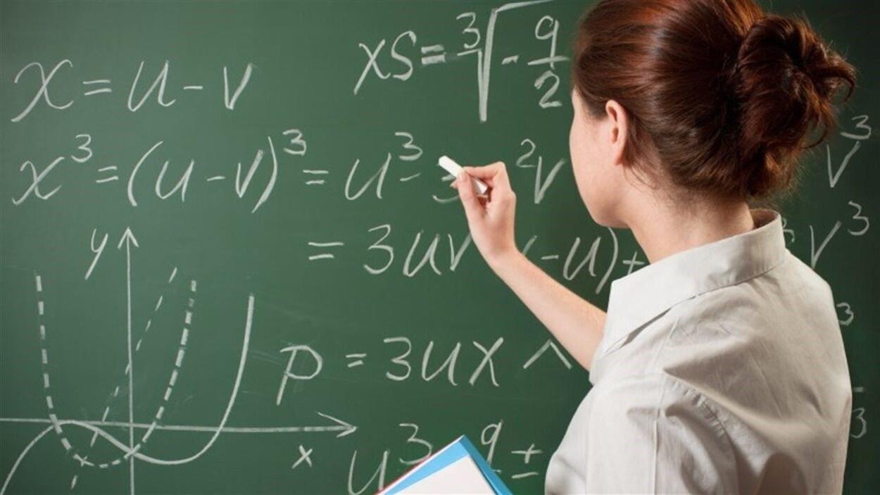 Une enseignante au tableau