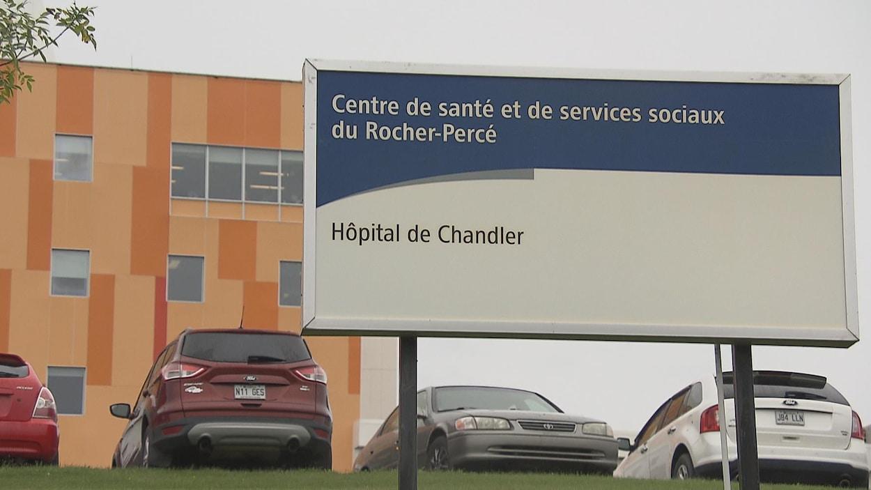 Enseigne de l'hôpital de Chandler installée devant l'édifice.