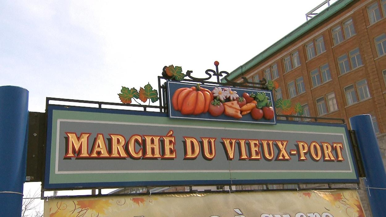 L'enseigne du Marché du Vieux-Port photographiée en contre-plongée.