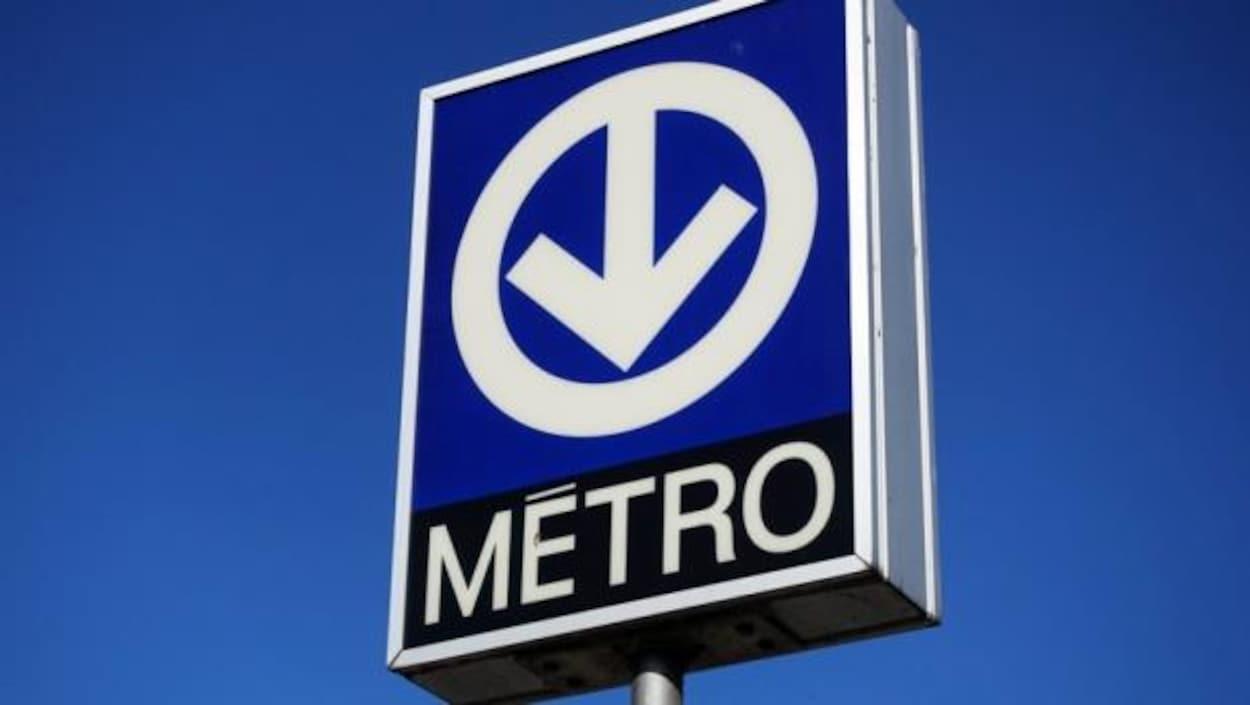 Une enseigne indiquant l'entrée d'une station de métro de Montréal.