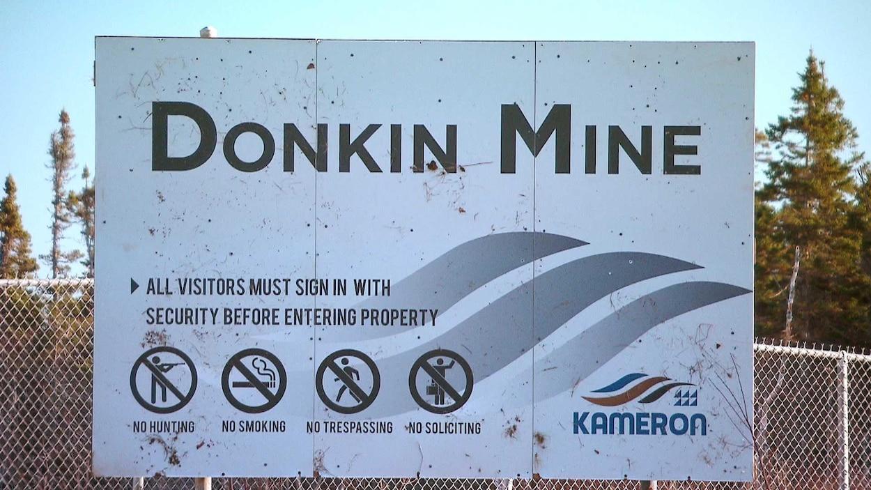 Enseigne sur la clôture entourant la mine Donkin.