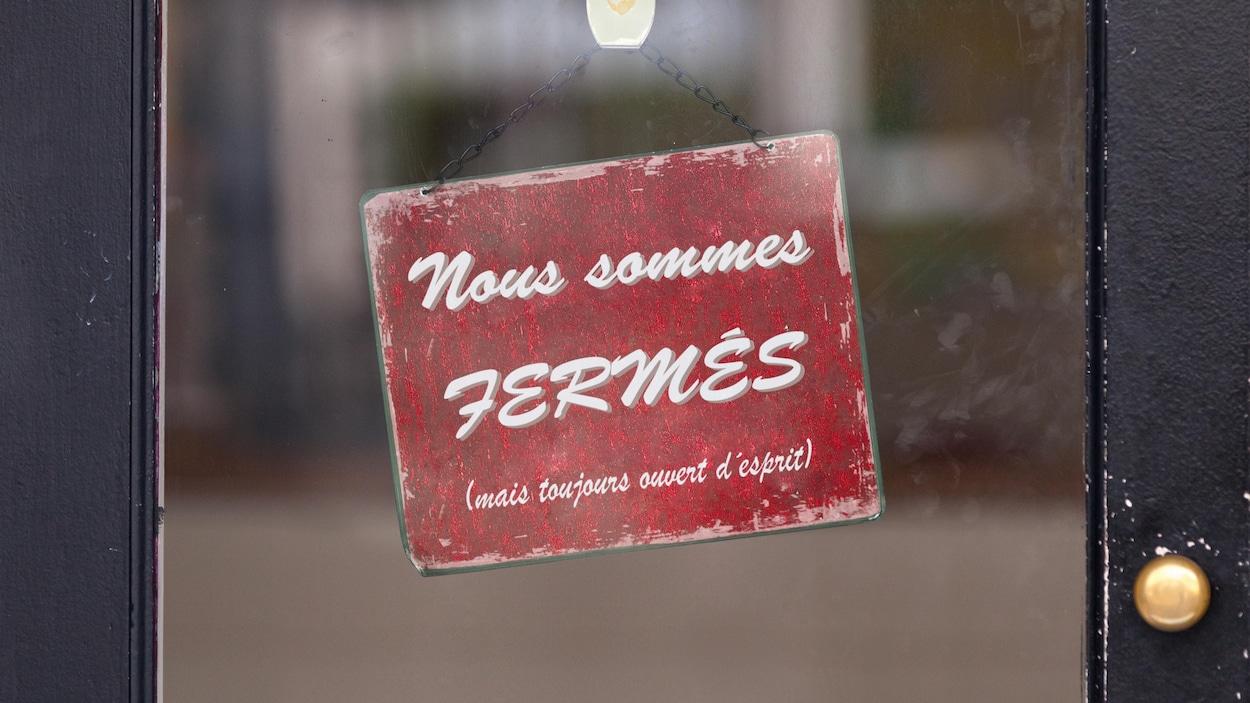 Enseigne avec l'écriteau « Nous sommes fermés mais toujours ouvert d'esprit ».