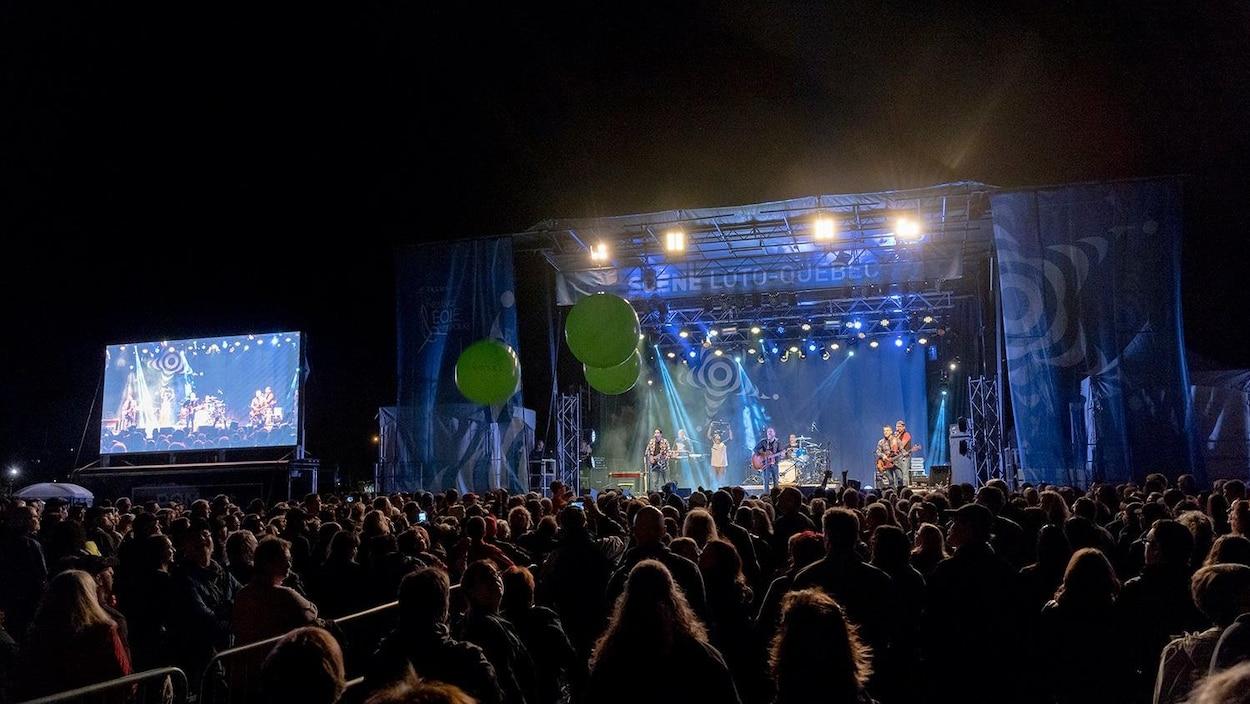 Une foule devant un spectacle en plein-air à Matane