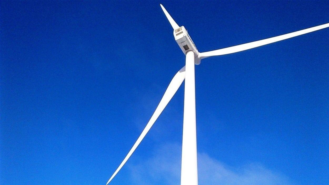 Une éolienne dans un ciel bleu