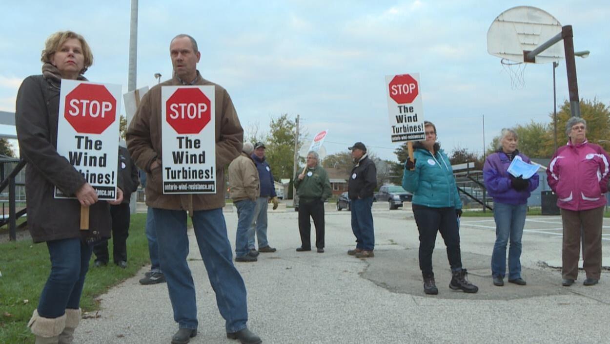 Une dizaine de manifestants avec des affiches.