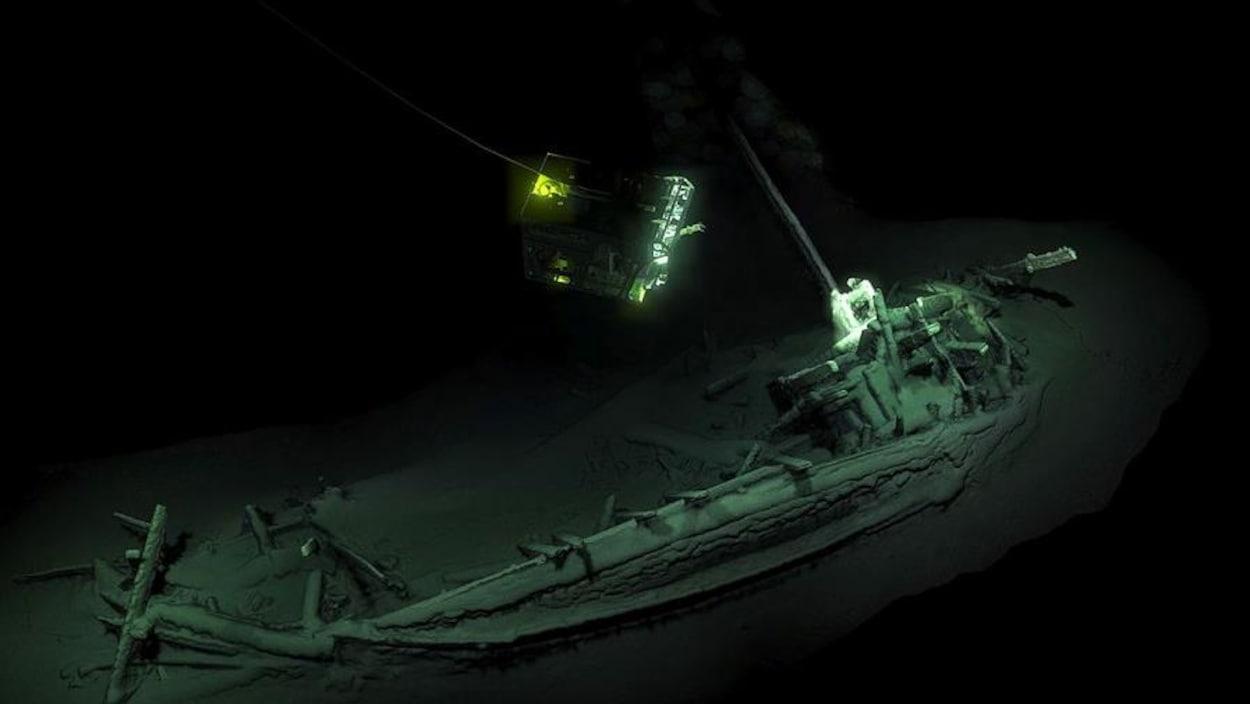 Une épave de bateau au fond de la mer.