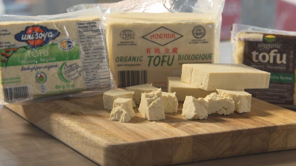 Différents emballages de tofu.