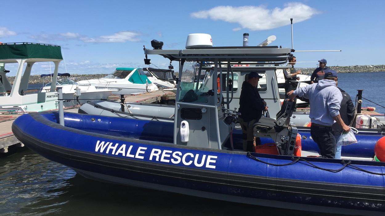 Des membres de l'équipe dans leur bateau.