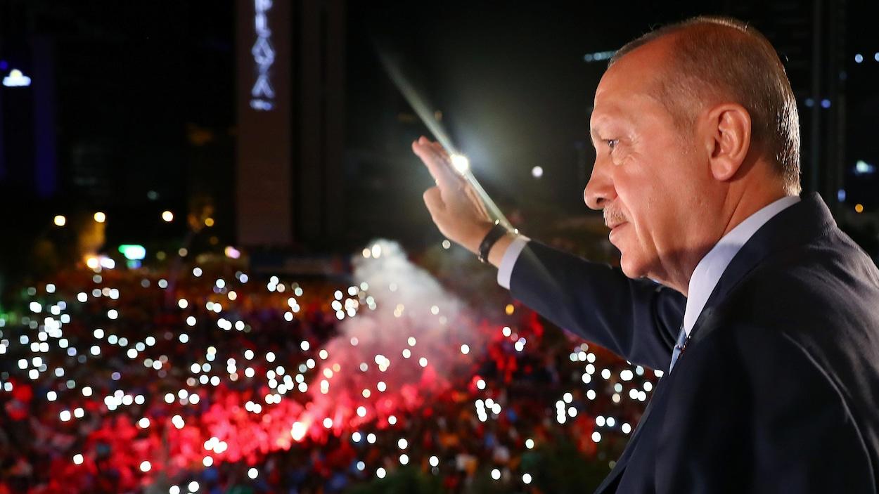 Erdogan salue une foule illuminée.