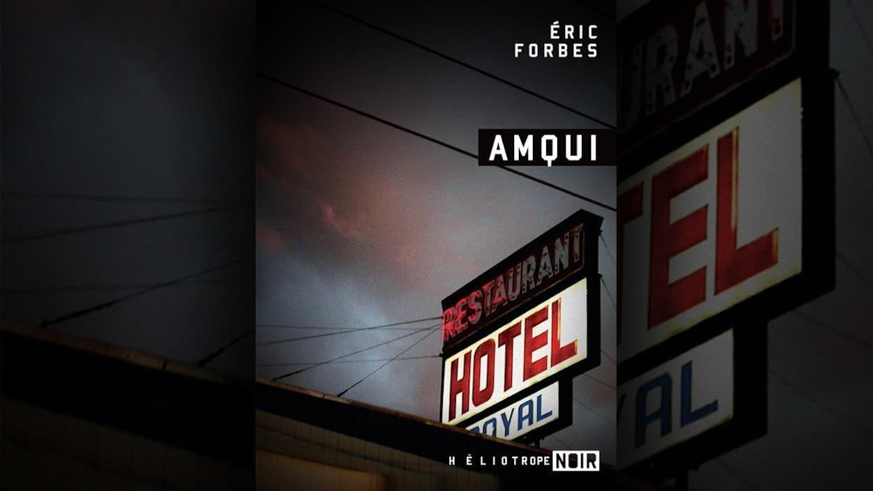 La couverture du livre « Amqui » présente la photo de l'enseigne lumineuse de l'Hôtel Restaurant Royal, prise en contre plongée.