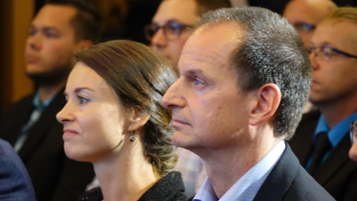 Éric Girard porte les couleurs de la Coalition avenir Québec (CAQ) dans la circonscription de Groulx. Il s'agit de l'ancien trésorier et vice-président de la Banque Nationale.
