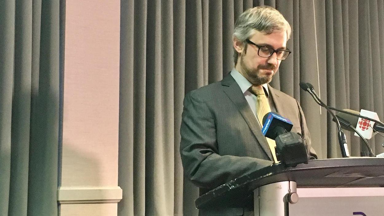 Éric Mathieu Doucet en conférence de presse.