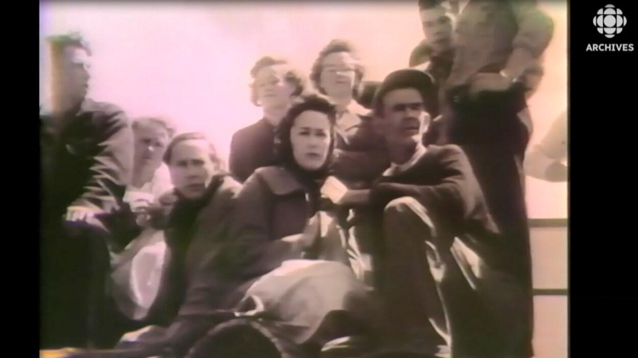 Gens de la communauté d'Escuminac sur le quai qui attendent des nouvelles des leurs après la tragédie de 1959.