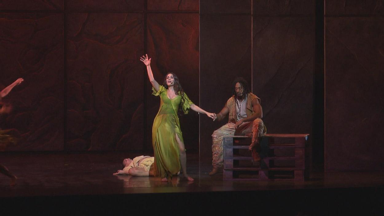 Esmeralda et Clopin dans la pièce « Bohémienne » du spectacle « Notre Dame de Paris ».