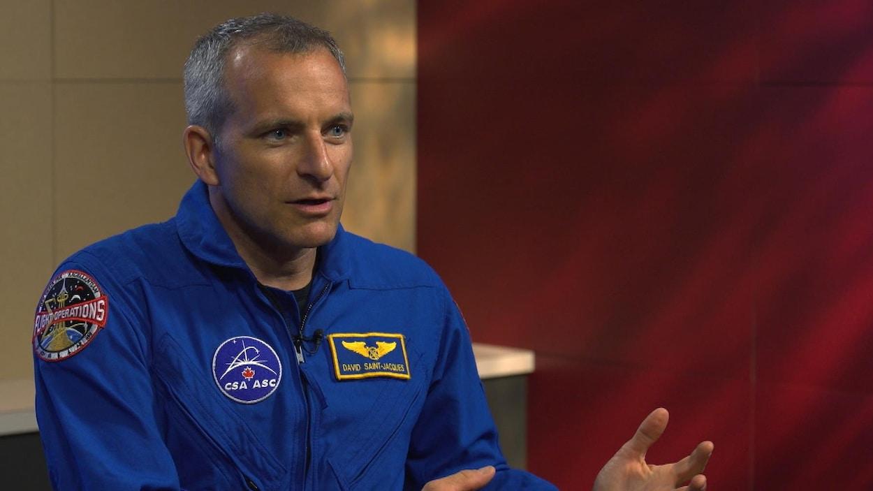 Un homme en combinaison d'astronaute.