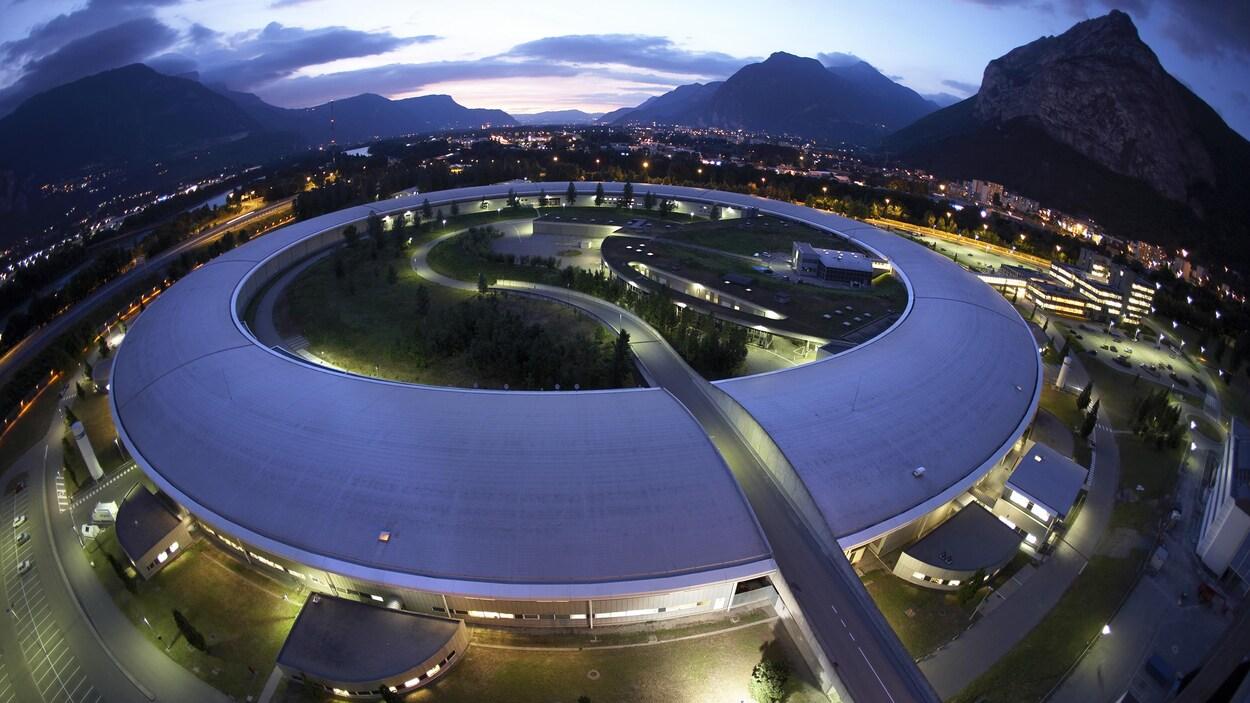 Un bâtiment circulaire au milieu des montagnes.