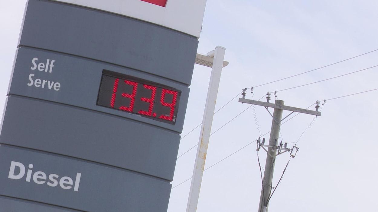 Une station-service affiche 133,9 cents du litre d'essence.