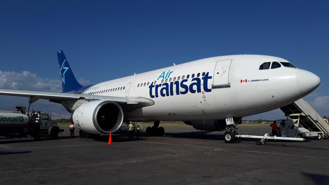 Un avion d'Air Transat sur le tarmac de l'aéroport.