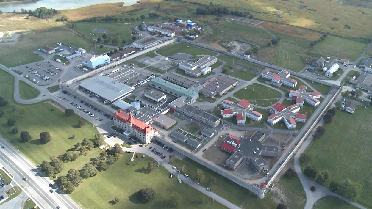 Image de l'intérieur des murs de la prison vu du ciel.