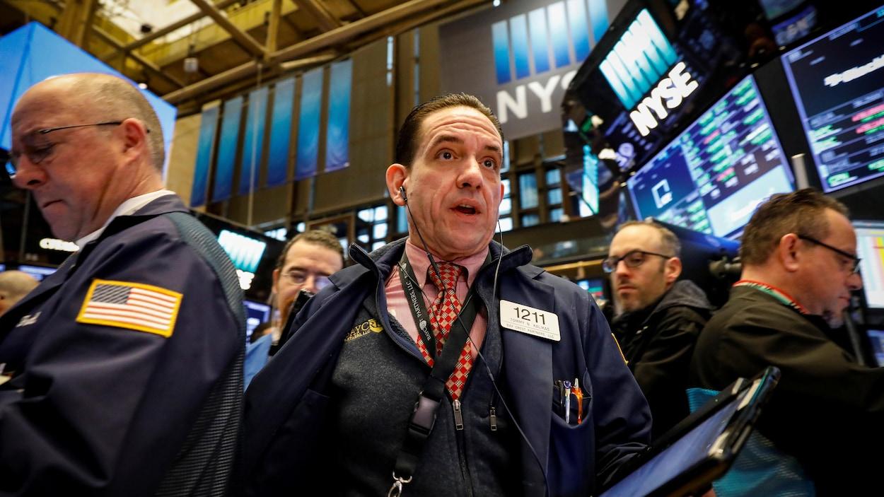 Des employés sur le plancher de la Bourse de New York.