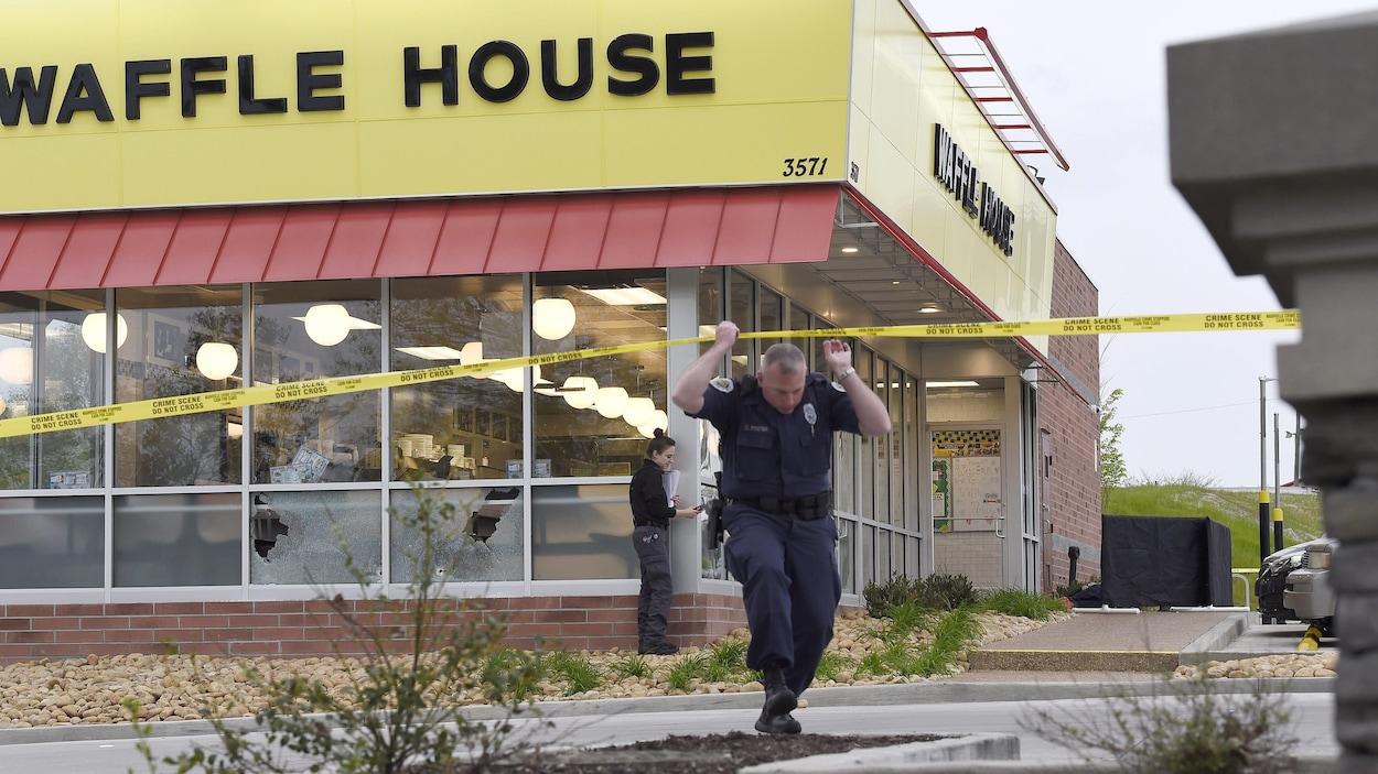 Des policiers sur les lieux d'une fusillade dans un restaurant de la chaîne Waffle House.
